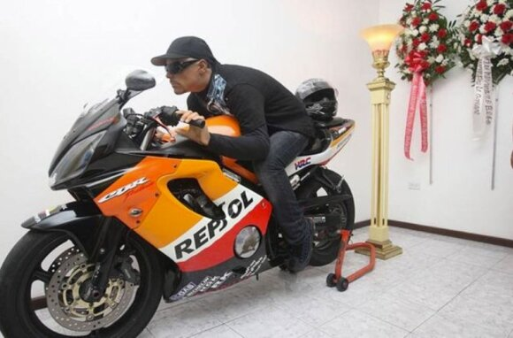 Davidas Moralesas ant savo motociklo