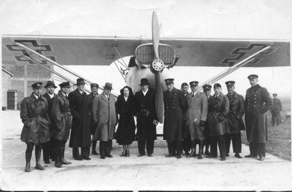 Feliksas Vaitkus su žmona Marta viduryje Zoknių aerodrome