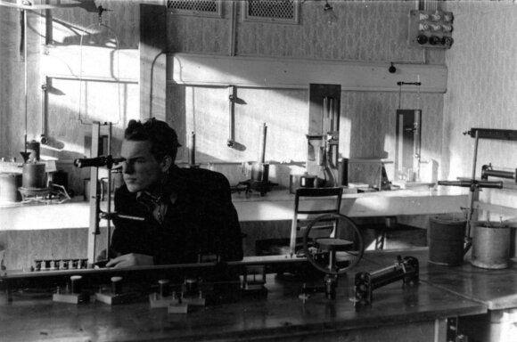 Regimantas Adomaitis fizikos laboratorijoje