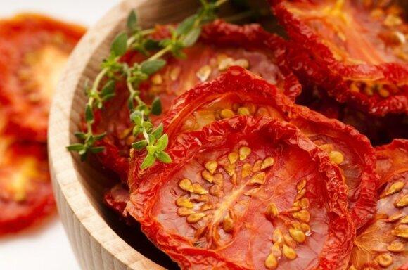 Saulėje džiovinti pomidorai