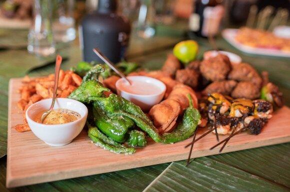 Karibų virtuvės restorano vakarėlyje – neįprasti patiekalai ir žinomi veidai