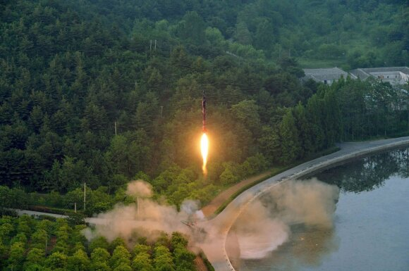 Šiaurės Korėja išplatino naujos paleistos raketos nuotraukas