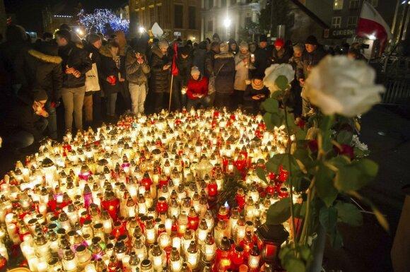 Lenkijoje tūkstančiai žmonių išėjo į gatves gedėti nužudyto Gdansko mero