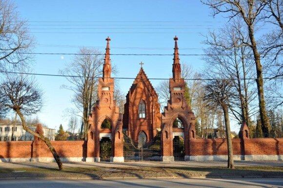 Kretingos senųjų II kapinių šiauriniai vartai ir Tiškevičių šeimos koplyčia. XXI a. II deš.