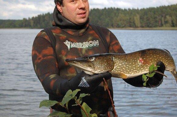 Meškeriotojai piktinasi, kad povandeninės žūklės atstovai išgaudo didžiausias žuvis