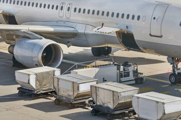 Ar įmanoma iš lėktuvo salono patekti į krovinių skyrių?