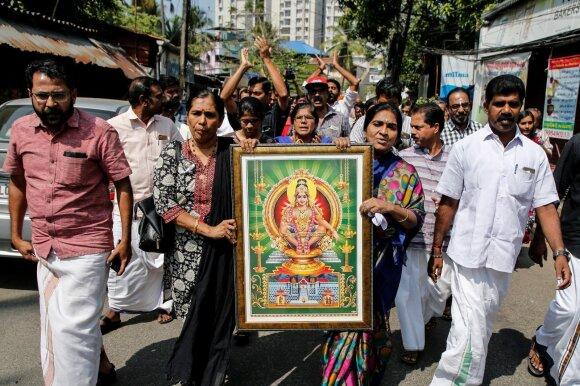Protestuotojai prie Sabarimalos šventyklos po to, kai į ją įžengė dvi moterys