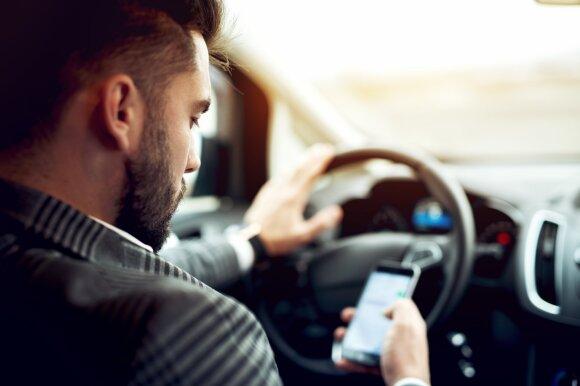 Su telefonu prie vairo