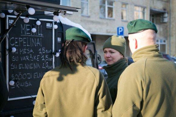 Pradėjo cepelinais prekiauti tiesiog gatvėje: rikiuojasi žmonių eilės