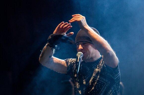 Koncerto metu Vidas Bareikis patyrė traumą: kraujuojančią galvą vadyba pasiūlė slėpti po kepure