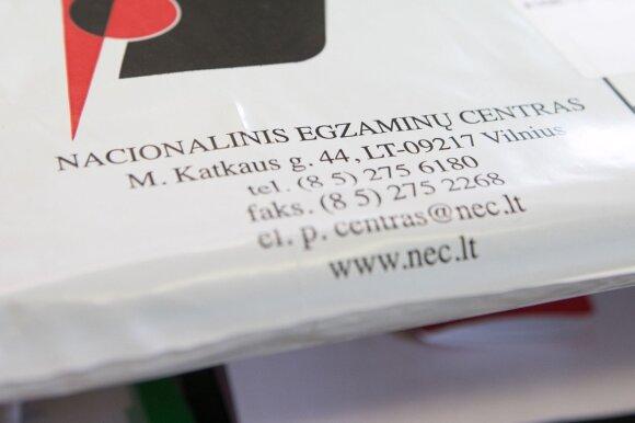 Abiturientai po lietuvių kalbos ir literatūros egzamino: vieni tik nori jį išlaikyti, kiti – jau susikrovė lagaminus