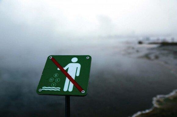 Islandai ne visada sąmoningus turistus mėgina sudrausminti tokiais įspėjamaisiais ženklais
