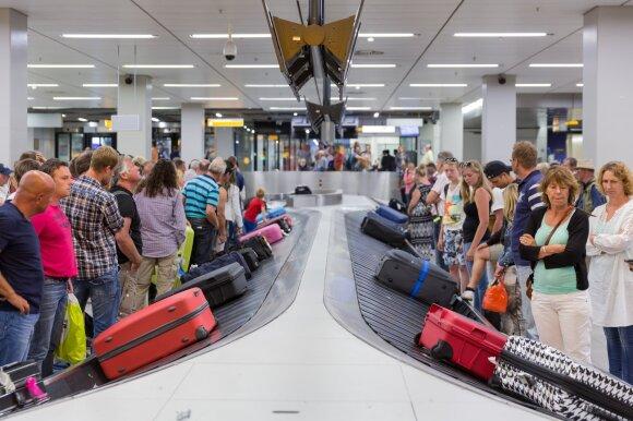 Bagažo lėktuvų salonuose ima mažėti – oro linijos uždraudė naudoti lagaminų lentynas