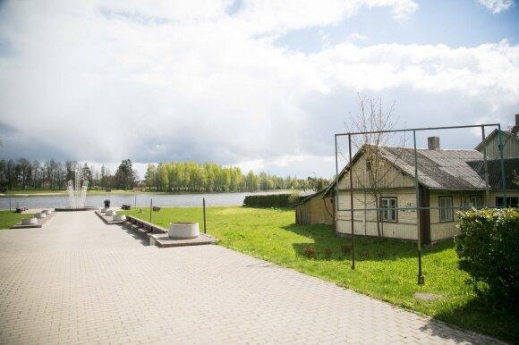 Ties D. Pinskutės namu prasidėsiantis tiltas sujungs su kitu tvenkinio krantu