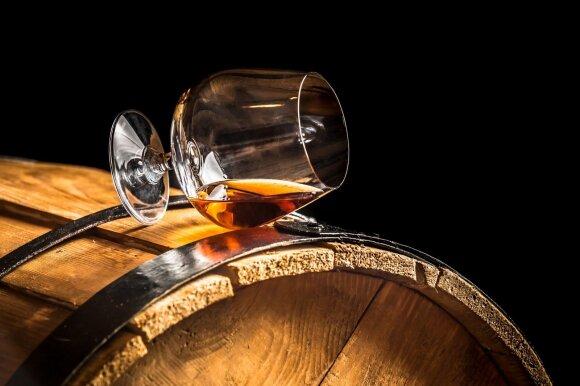 Taurių įvairovė: kaip išdėlioti ant stalo ir kiek gėrimo pilti