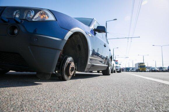 Vilniuje atitrūko BMW ratas