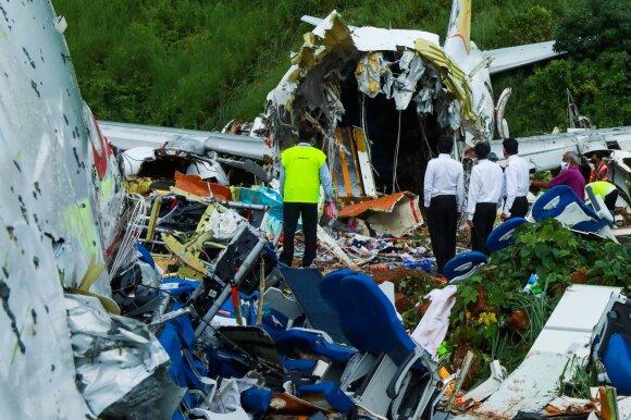 Aviakatastrofą Indijoje išgyvenę keleiviai: lėktuvas nutūpė, o paskui viskas pasidarė tamsu