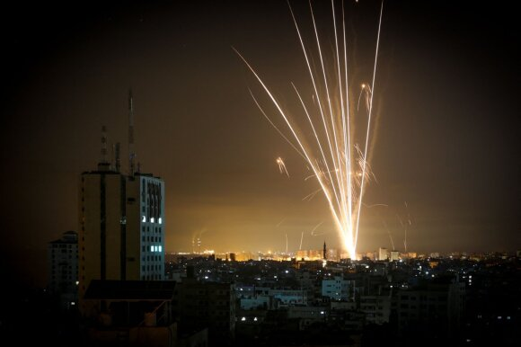Konfliktui intensyvėjant, Izraelis bombarduoja Gazos Ruožą