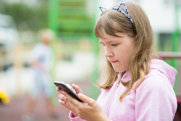 Vaikai su telefonu