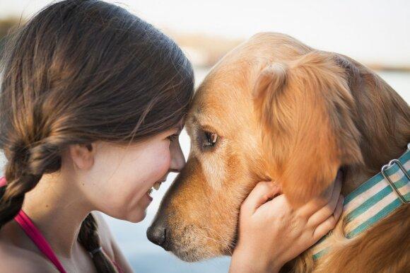 Mergaitė su šunimi