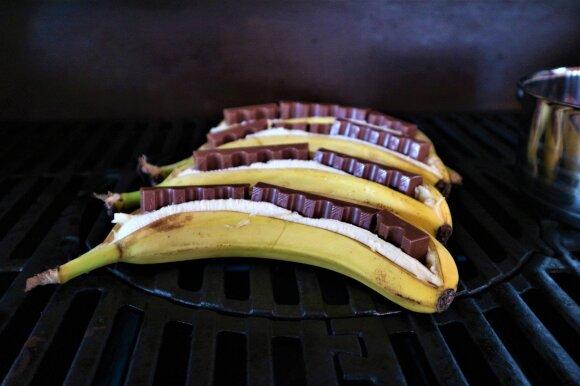 Grilyje kepti bananai