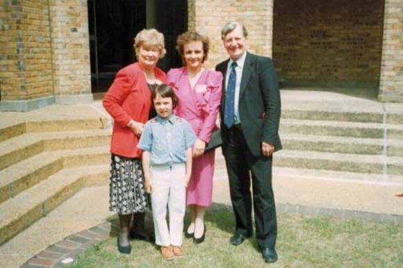 Lordas David'as Ennals'as (dešinėje) su žmona (kairėje) ir Laima Andrikienė su sūnumi Šarūnu