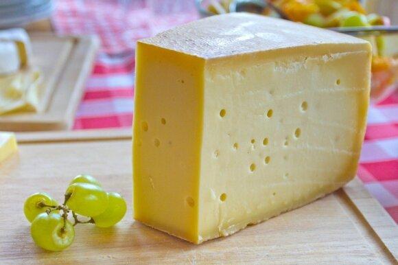 Alpių sūris ant pusryčių stalo