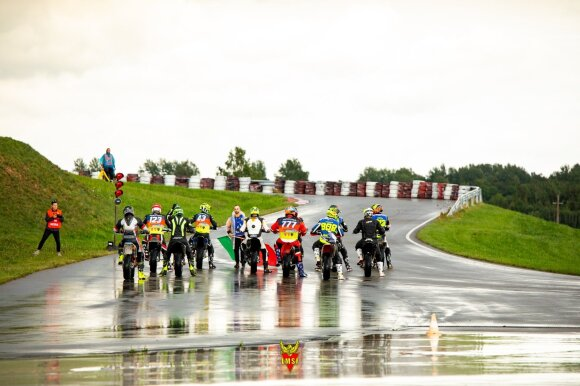 """""""Supermoto"""" čempionato finalinį etapą Šiauliuose sportininkai lygino su valčių lenktynėms"""