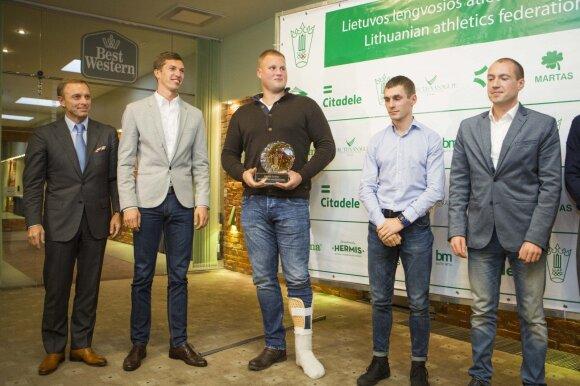 Andrius Gudžius (centre) pirmą kartą koją susilaužė prieš lengvaatlečių sezono uždarymą