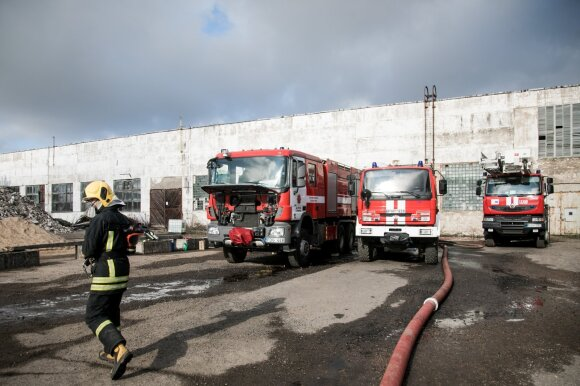 Pragariško Alytaus gaisro realybė: be miego pluša ištisą parą, du ugniagesius teko atiduoti į medikų rankas