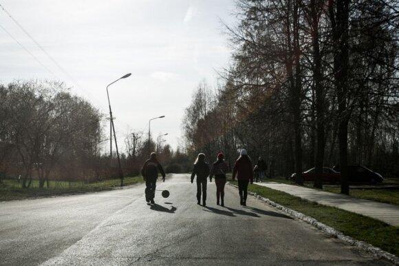 Gyvenimas ir meilės dramos miestelyje, kur laisvai vaikšto nuteistieji