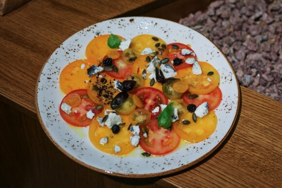 Pomidorų užkandis, šviežias ožkos sūris, kepintos moliūgų sėklos