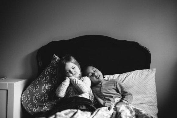 Jaudinanti fotosesija atskleidžia įvaikintos ir pagimdytos dukterų ryšį