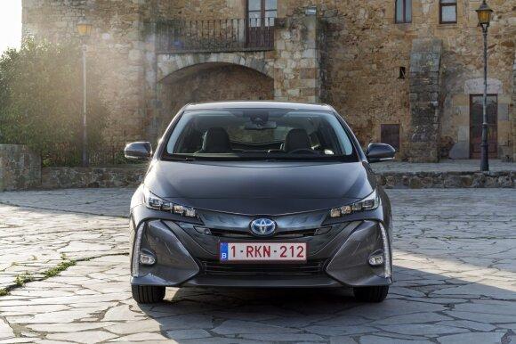 Paaiškino, ką daryti, jeigu kelyje išsikrovė hibridinis automobilis: tempti ar bandyti užvesti?