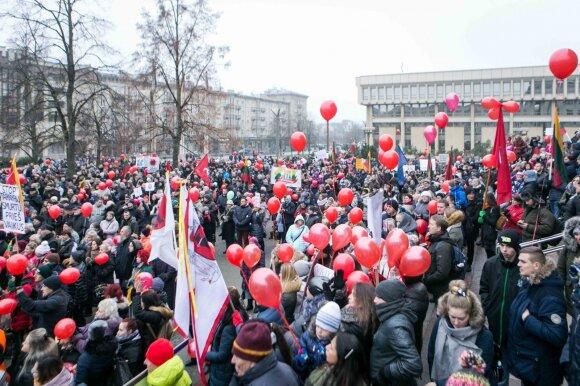 Prie Seimo susirinkusi minia: mes gyvename baimėje