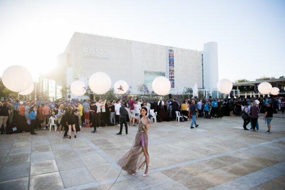 """""""Eurovizija"""" startavo: Tel Avive oranžiniu kilimu žengė ryškiausios muzikos pasaulio žvaigždės"""