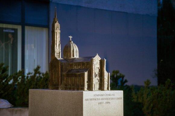 Atminimo ženklas 100-osioms architekto ir skulptoriaus Antano Vivulskio mirties metinėms