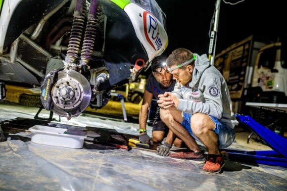 """""""Agrorodeo"""" komandos mechanikams laisvų minučių Dakaro ralyje buvo mažai"""