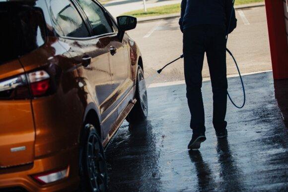 Vairuotojai vis nepasimoko: neleistinose vietose remontuoja, plauna automobilius ir už tai moka baudas