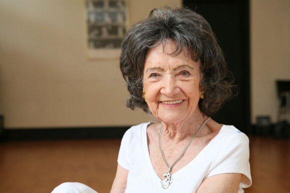 97 metų jogos mokytoja: 5 paslaptys, kaip išlikti pozityviems