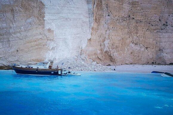 Garsiame Graikijos paplūdimyje per akmenų griūtį sužeisti trys žmonės