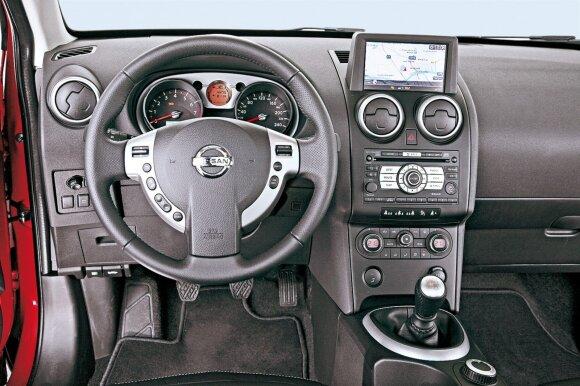 """Populiariausia """"Tekna"""" modifikacija turi navigacinę sistemą su liečiamuoju ekranu. Važiavimo komfortas – didelis """"Qashqai"""" privalumas"""