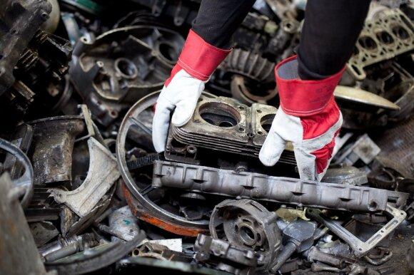 Automobilių ardymo problema: verslai šešėlyje ir pavojingos atliekos gamtoje