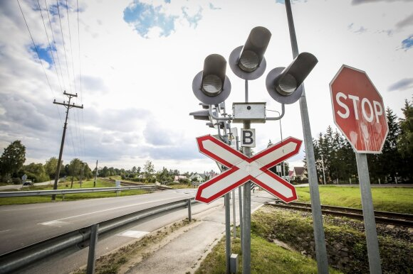 Prie geležinkelio pervažų vairuotojus suklaidina viena apgaulinga detalė