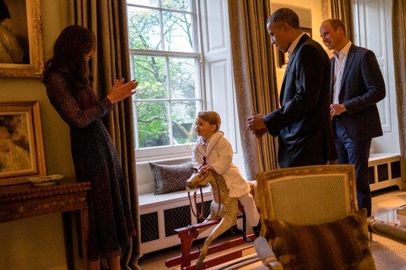 Mažylis princas JAV prezidentą pasveikino pasipuošęs chalatu