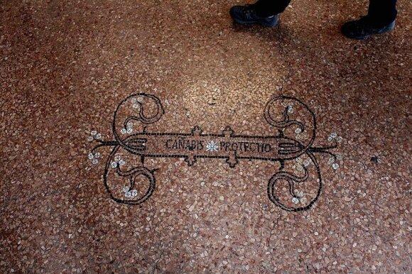 Buvusio gėlių turgaus grindinyje ir lubose iškaltos paprastos gyvenimo tiesos