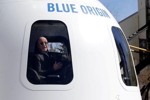 """Jeffas Bezosas pirmadienį paskelbė ateinantį mėnesį skrisiantis į kosmosą per jam priklausančios bendrovės """"Blue Origin"""" sukurtos raketos pirmąjį pilotuojamą skrydį."""