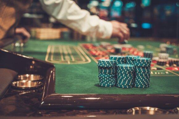 Kinijos socialinės įtakos tinklai: į skolas įklimpęs verslininkas pagalbos ieško milijardierių pokerio klube