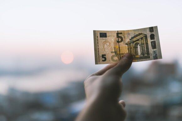 Dar mažiau grynųjų: po Seimo sprendimo, atlyginimai – tik bankiniu pavedimu