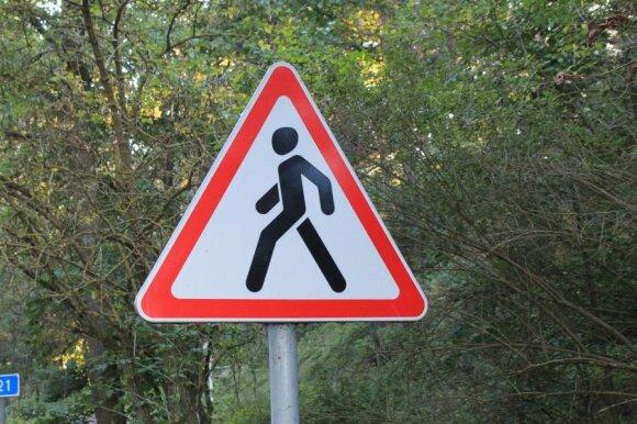 Vietos, kur pėstiesiems vaikščioti draudžiama: ne tik pavojinga, bet ir gali užtraukti baudą